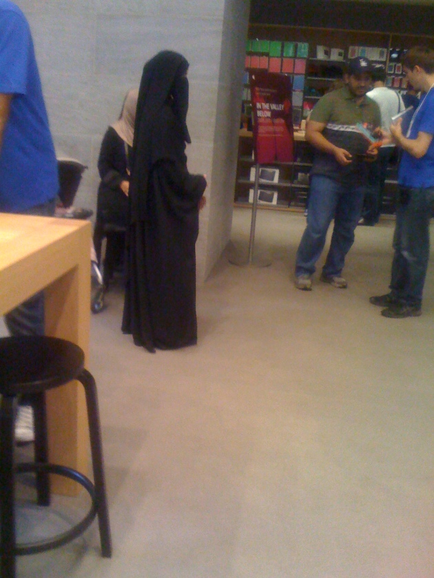 full_burka_apple_store_kurfurstendamm_berlin