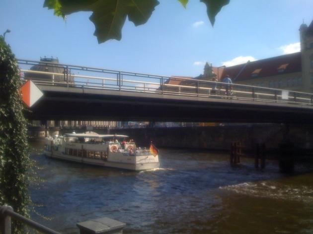 berlin_canal_boat_traffic