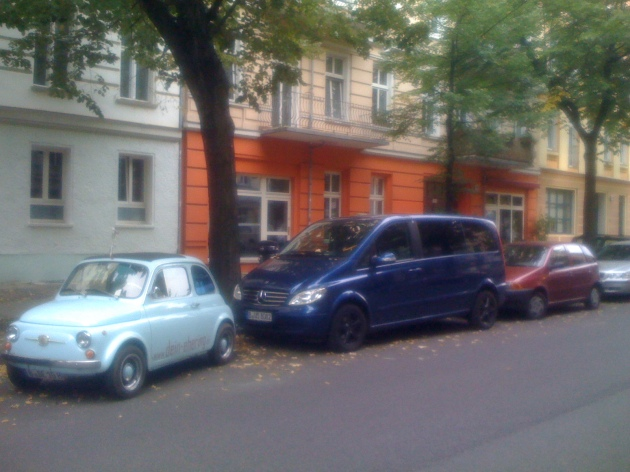 mini_car_no_next_to_bus